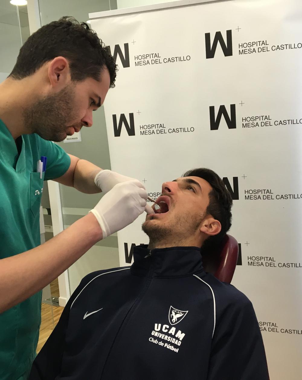 Deportistas de la UCAM pasan por el dentista